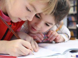 Två barn som ritar