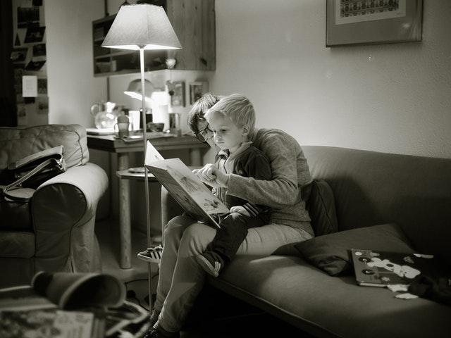 Barn och kvinna läser bok